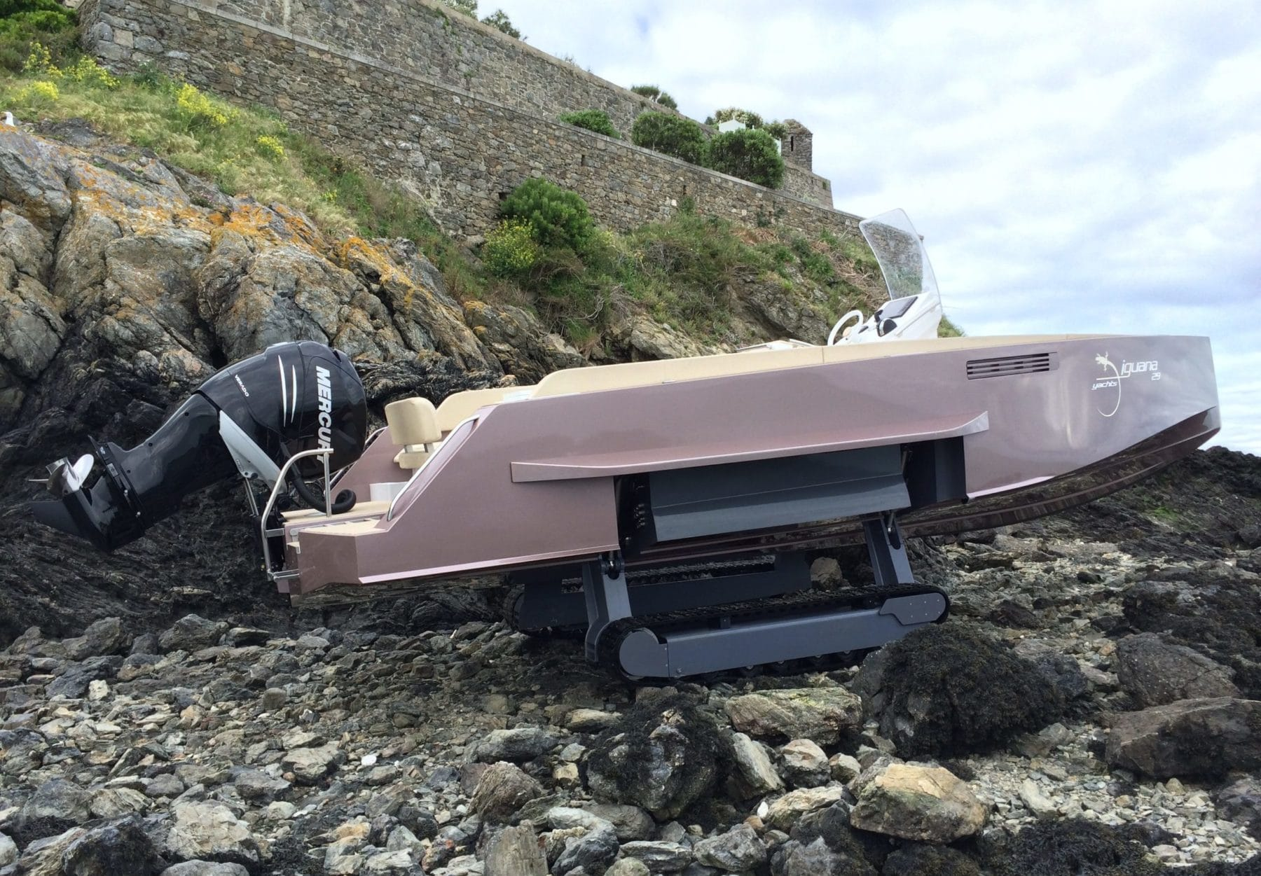 Boat that drives on rocks
