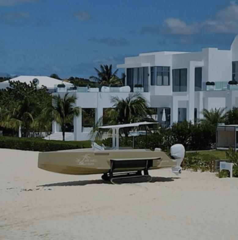 Iguana devant une maison de bord de mer