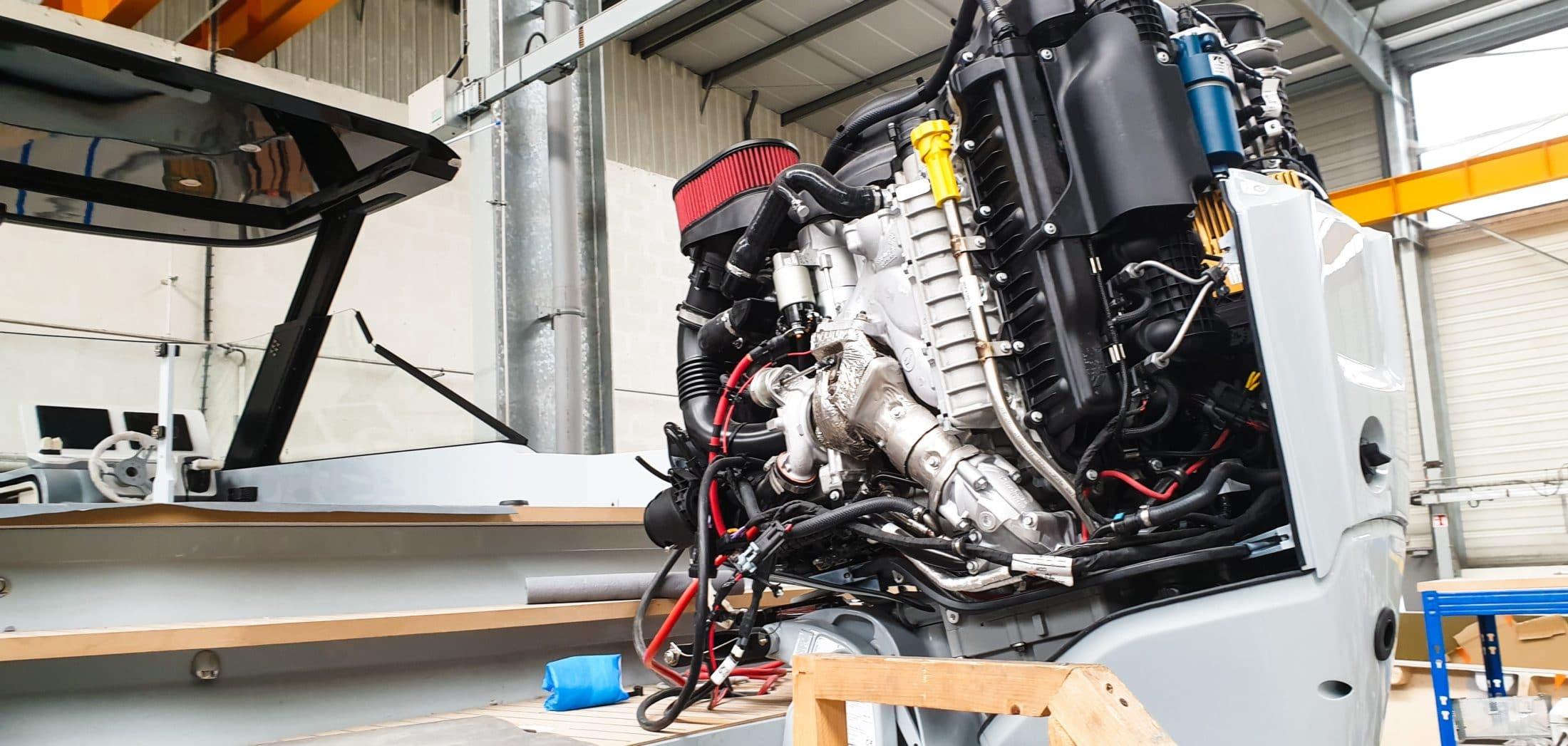 zoom sur un moteur hors-bord diesel